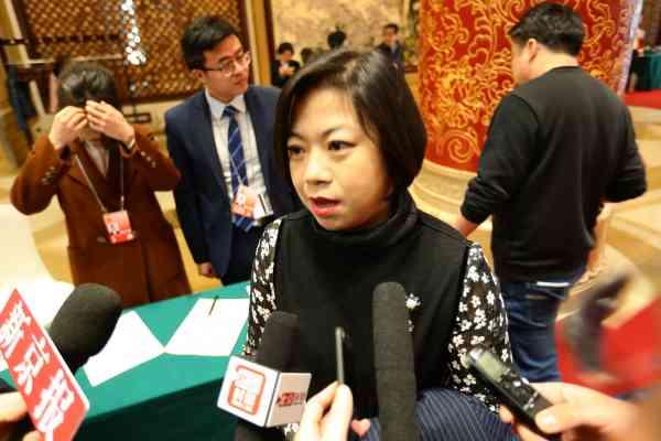 厉莉代表接受采访
