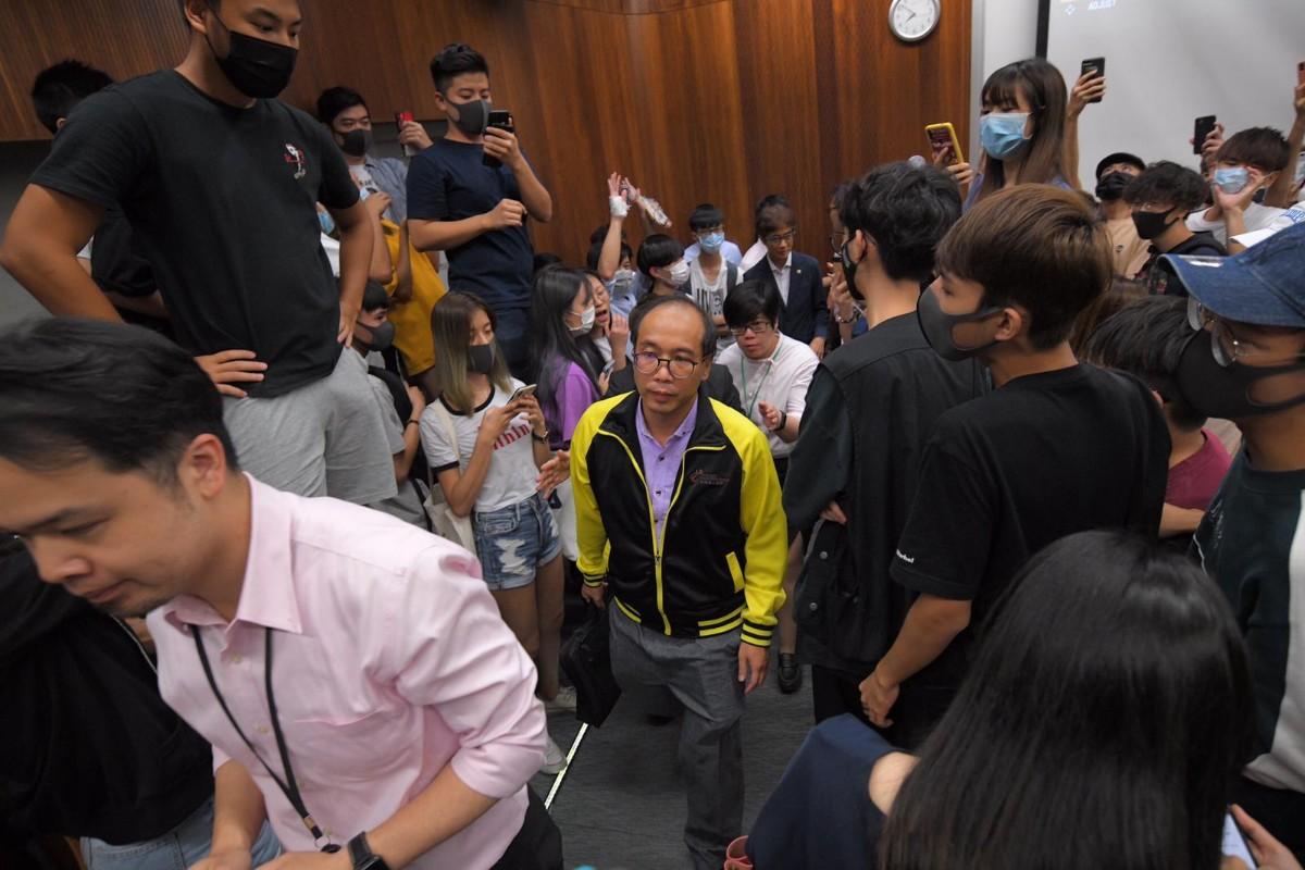 香港教师反暴力被学生围困5小时 香港理工:没拳打脚踢不算暴力